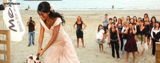 Matrimonio Spiaggia Ricevimento : Lancio del bouquet durante il ricevimento di matrimonio in