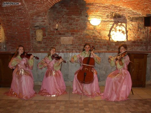 Esibizione in costume della band durante un matrimonio
