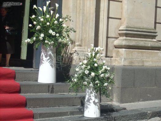 d975c0725baf Allestimento floreale con tulipani all uscita della chiesa per il matrimonio