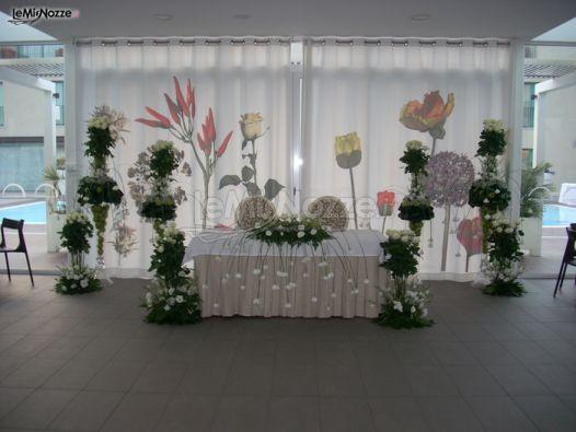 Foto 216 addobbi floreali location allestimento floreale per il tavolo degli sposi - Allestimento casa della sposa ...