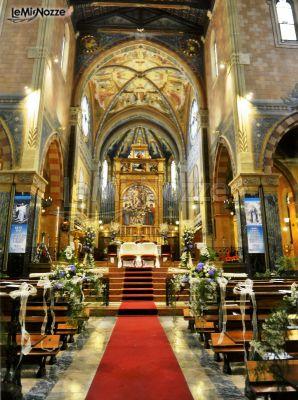 Decorazione floreale della chiesa durante il matrimonio for Decorazione floreale