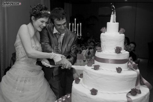 Il taglio della torta nuziale