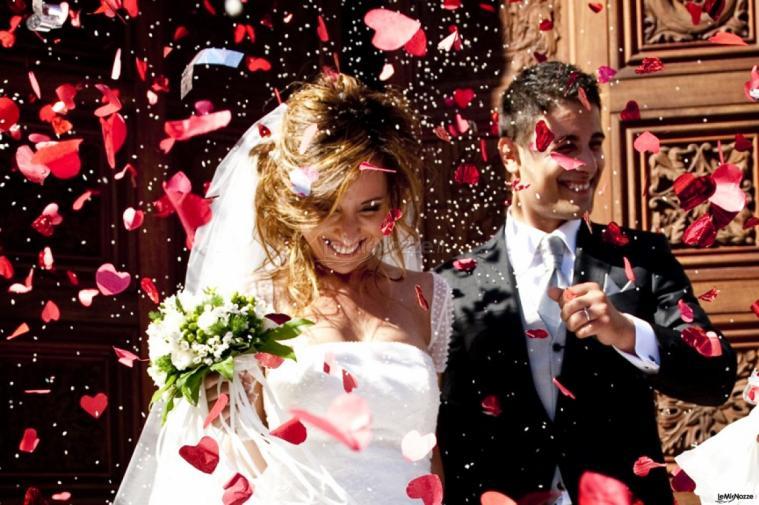 Foto del lancio dei petali e del riso agli sposi