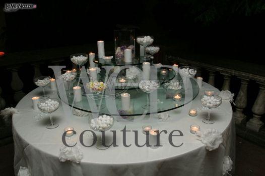 Addobbo del tavolo dei confetti al ricevimento di matrimonio