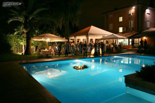 Ricevimento di matrimonio a bordo piscina villa for Addobbi piscina per matrimonio