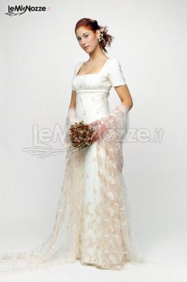 Abito da sposa con manica corta e velo in pizzo
