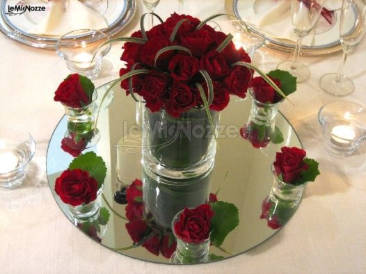 Matrimonio Tema Rose Rosse : Centrotavola di rose rosse per il ricevimento