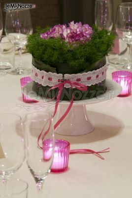 Allestimento floreale in rosa per i tavoli di matrimonio