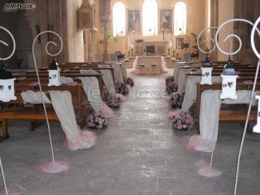 Decorazioni Per La Chiesa Matrimonio : Chiesa allestita con lanterne e rose l infinito addobbi