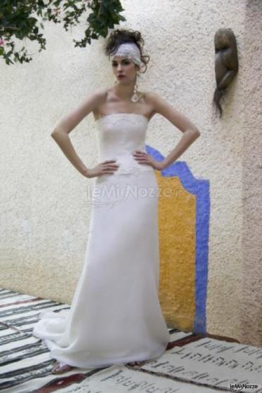 Daniela Gristina - Abito da sposa con scollo tagliato e gonna con leggero strascico