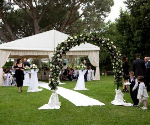 Arco di fiori per la cerimonia in giardino villa ales - Archi per giardino ...
