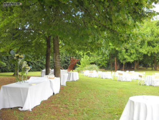 Allestimento del buffet di matrimonio in giardino villa for Allestimento giardino matrimonio