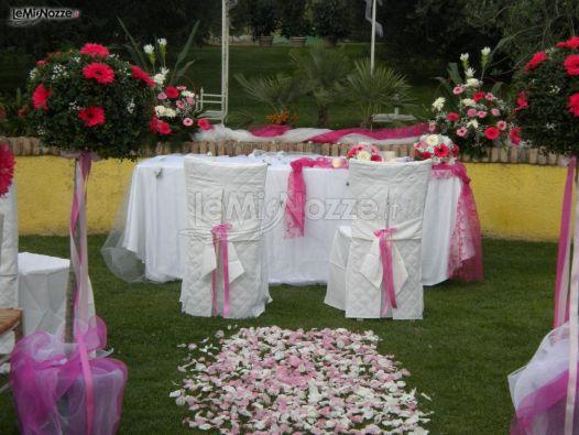Addobbo della seduta degli sposi in un matrimonio in - Matrimonio in giardino ...