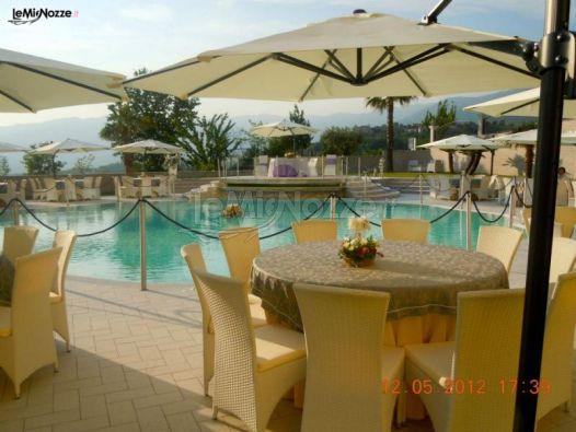 Tavoli a bordo piscina per un matrimonio estivo la for Addobbi piscina per matrimonio