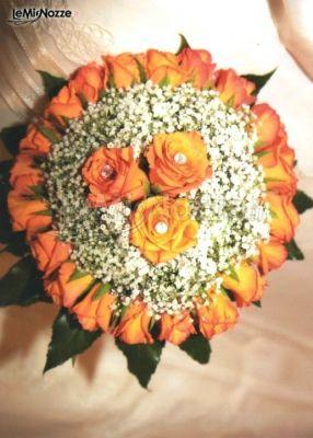 Bouquet Sposa Arancione.Bouquet Per La Sposa Di Rose Arancioni E Nebbiolina La Mimosa