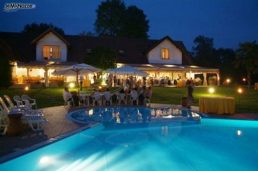 Ricevimento di matrimonio serale a bordo piscina villa for Addobbi piscina per matrimonio