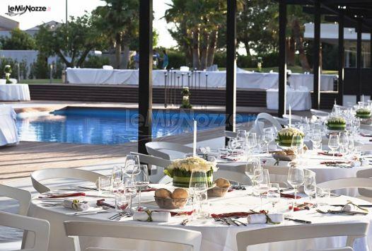 Tavoli per il matrimonio a bordo piscina villa carlotta for Addobbi piscina per matrimonio