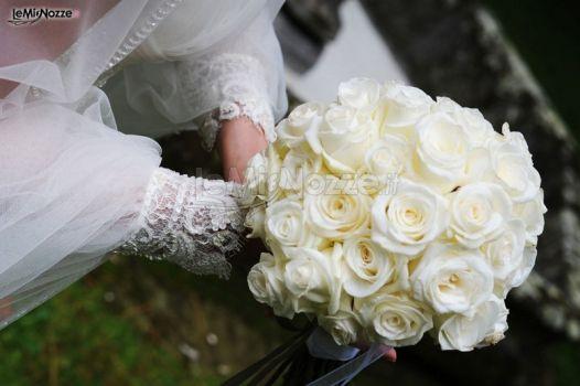 Dettaglio delle maniche ampie dell'abito da sposa