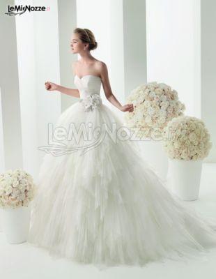 Abiti da sposa con fiore in vita