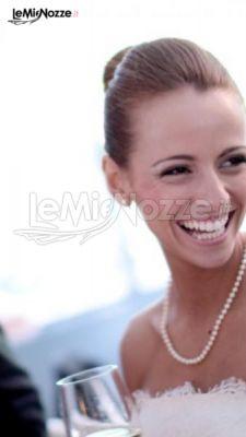 La sposa sfoggia un sorriso bianchissimo