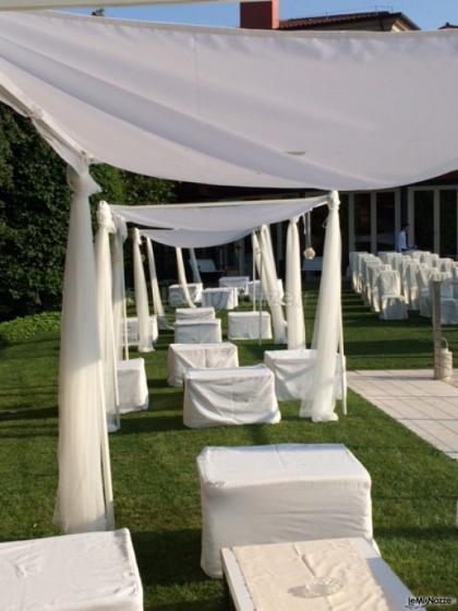 Allestimento cerimonia di matrimonio a bordo piscina