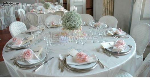 Allestimento dei tavoli del matrimonio