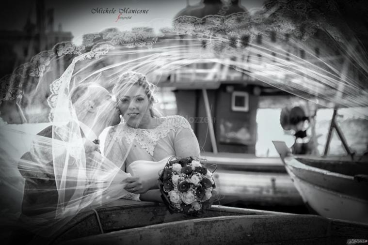 Michele Manicone Fotografia - Gli sposi teneramente in barca
