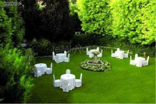 Allestimento del matrimonio in giardino ristorante for Allestimento giardino