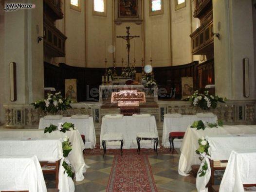 Allestimento con tessuti bianchi per i banchi della chiesa for Tessuti per arredamento padova