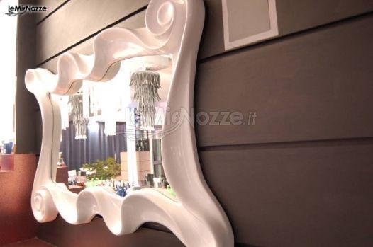 Specchio di design nella sala per il ricevimento di nozze
