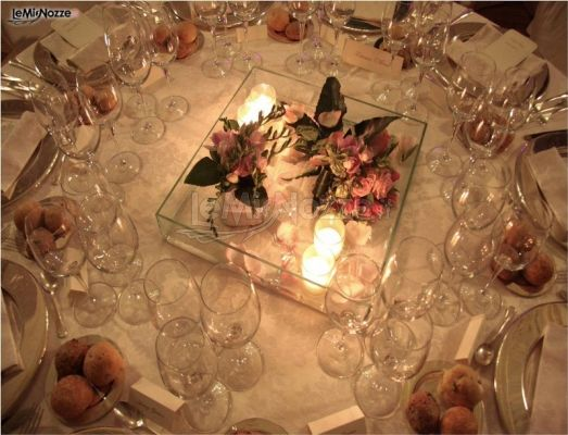 Centrotavola con fiori e candele per la cena di matrimonio for Centrotavola matrimonio candele